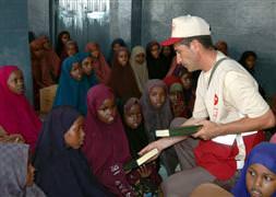 Diyanet, Mogadişu'da 10 bin Kuran-ı Kerim dağıttı