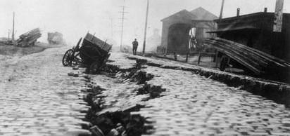 Napoli'de (İtalya) deprem: 10.000 kişi öldü.