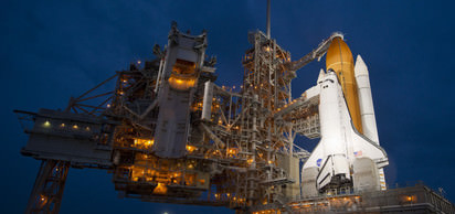 Uzay mekiği Endeavor uluslararası uzay istasyonuna kenetlenerek bir Amerikalı ve iki Rus astronotu bıraktı.