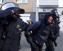 Alman polisinden göstericilere zulüm!