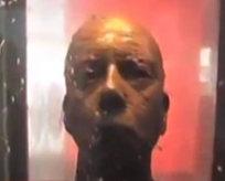 Bu heykelin gözlerine bakmayın!