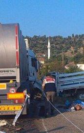 TIR kamyonete çarptı 15 işçi öldü