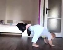 Abisiyle dans eden sevimli bebek