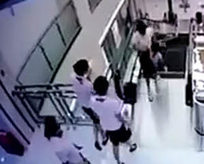 Yürüyen merdiven bir anda kadını yuttu