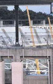 Arenanın çatısı çöktü