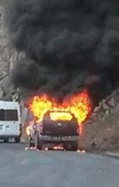 Teröristler yol kesip araçları ateşe verdi