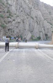 Teröristler yolu elektrik direği ile kapattı