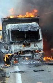 Teröristler 70 yolcuyu rehin alıp 4 aracı yaktı