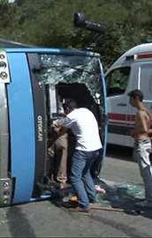 İstanbulda halk otobüsü devrildi