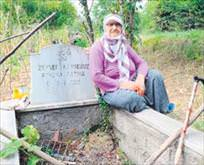 Kendi mezarını 20 yıldır temizliyor