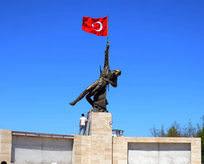 Şehitleri anısına 12 metrelik anıt