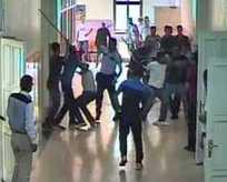 Sopalarla polise saldırdılar