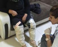 Uyuşturucuyu bacaklarına sardı