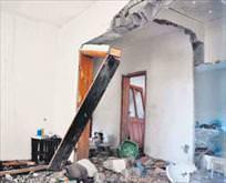 Gaz patladı ev yıkıldı