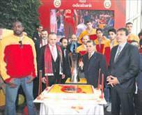 Şampiyon Cimbom sponsorla pasta kesti