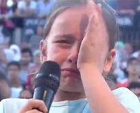 Küçük kız hem ağladı hem ağlattı