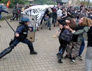 Frans�z polisinden eylemcilere sert m�dahale