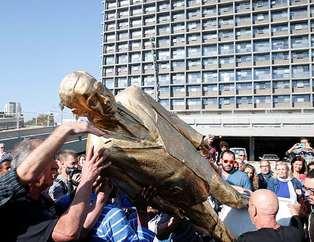 Netanyahu'nun heykelini yıktılar