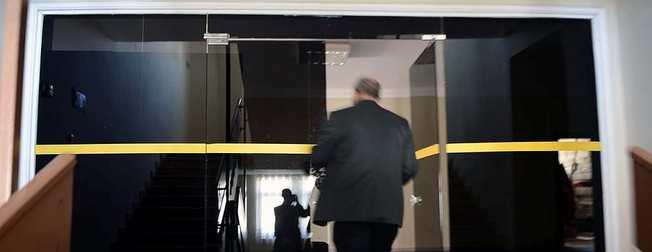 FETÖ'nün okulunda zincirli, siyah caml� gizli odalar