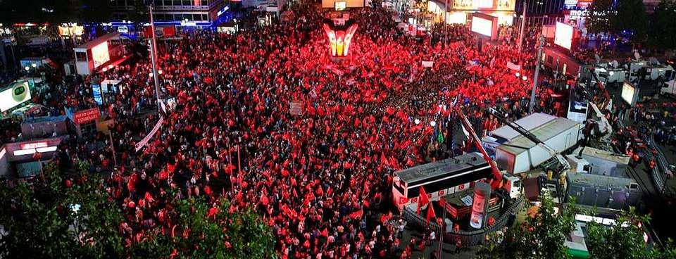 Meydanlarda demokrasi nöbeti sürüyor