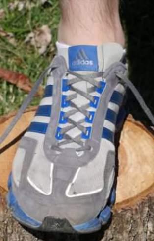 İşte spor ayakkabılardaki en üst deliğin görevi