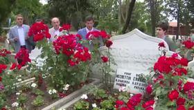 Davutoğlu Erbakan'ın kabrini ziyaret etti