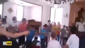 Çocuklarla camide futbol oynayan dede