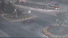 Düğün konvoyunun önünü kesmek isteyen iki çocuğa araba çarptı