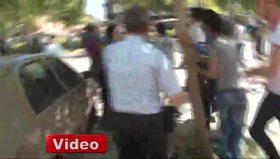 Biber gazı sıkan polise kafa attı