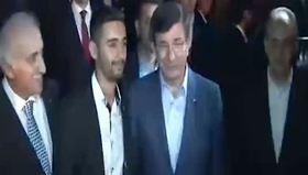 Başbakan Davutoğlu ile fotoğraf çektirdi