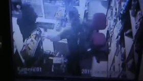 Silahlı soyguncuya direnen kahraman kadın kamerada
