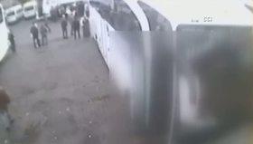 Çuvalla uyuşturucuyu taşıma anı kamerada