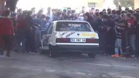 Drift yapan otomobil seyircilerin arasına daldı