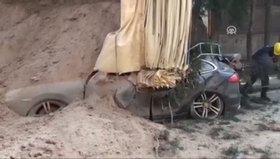 Kamyonun damperi lüks araçların üzerine devrildi