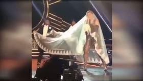Madonna sahnede duvak yüzünden düşüyordu