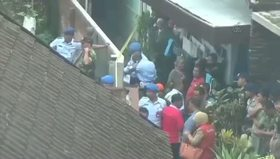 Endonezya'da uçak evin üstüne düştü