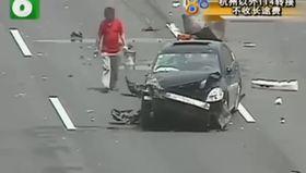 Kaza yapan aracının parçalarını toplarken can verdi