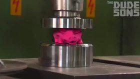 Press makinesinde 12 hamburgeri ezip yemek
