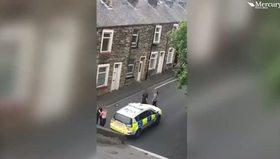 Kocasından şiddet gören kadını poliste dövdü!