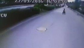 Bisikleti ile otobüsün altında kalan 11 yaşındaki çocuk kamerada