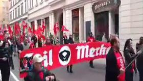 Merkel'e Nazi protestosu